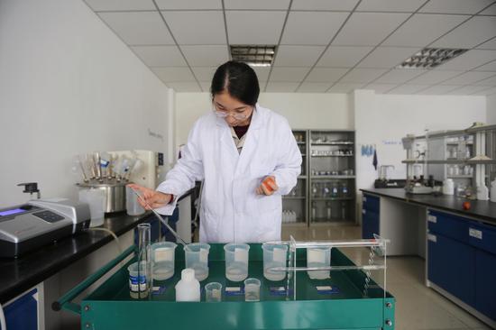 大唐江山热电公司员工国庆节期间坚守岗位,化验班员工认真化验水样。