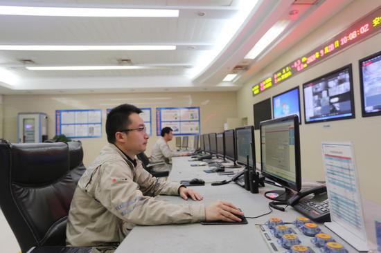 大唐江山热电公司运行员工国庆节期间坚守岗位认真监盘,确保电网和机组安全。