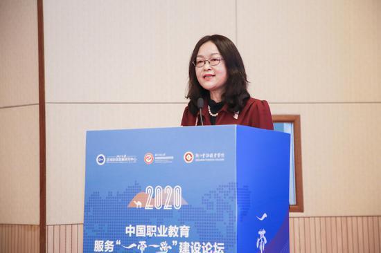 浙江金融职业学院校长郑亚莉主持论坛开幕式