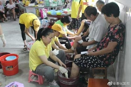 """志愿服务""""爱心大篷车"""" 为村里老人提供爱心服务"""