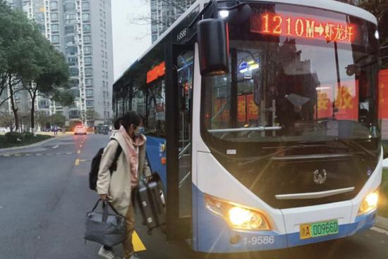 杭州港湾家园居民楼下有了公交车 直通菜场与地铁站