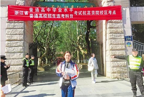 4月7日,在杭州高级中学贡院校区,考生结束一天考试后走出校门。 本报记者 李应全 摄