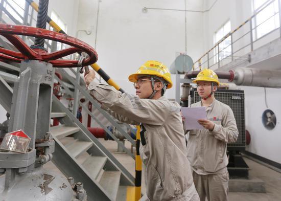 大唐江山热电公司运行员工国庆节期间坚守岗位,严格执行定期工作要求,对电动消防泵进行定期启动。