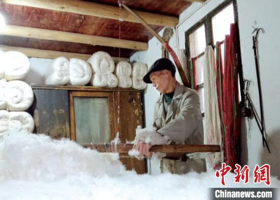 衢州老手艺人坚守半世纪 弹棉花里的匠心梦