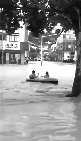 衢州暴雨一夜水位涨高6米 开化外卖小哥划起皮划艇