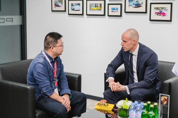 保时捷中国网络管理和拓展副总裁施茂霖先生(Mr. Daniel Schmollinger)接受采访
