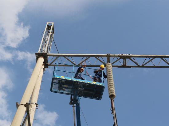 欲与天公试比高--大唐江山热电公司检修员工国庆节期间坚守岗位,开展高压线路开关、避雷器及母线PT检修预试工作。