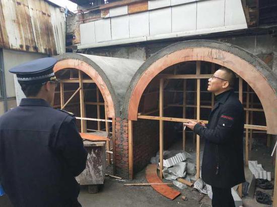 """施工现场,五间""""窑洞""""已初具规模,其中两间已经结顶,共占用了20多平方米。"""