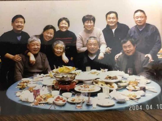 (▲图:2004年,叶奶奶和9个子女的合影)