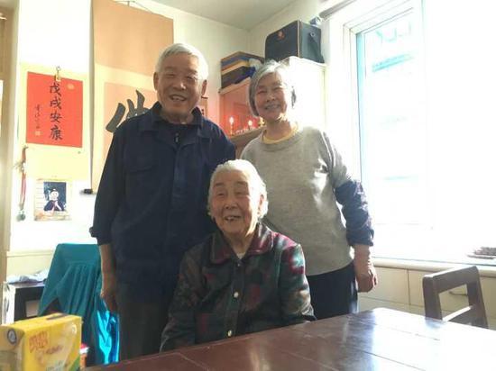 [▲图:94岁的叶奶奶(中)和儿子儿媳妇]