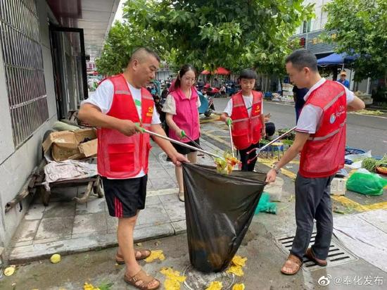 """积极开展""""家园日""""活动  做好台风过后环境卫生整治工作"""