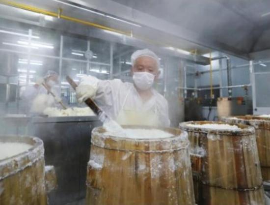 慈城年糕迎来了生产旺季 多家年糕生产企业呈现繁忙景象