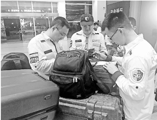 上图:在机场候机的公羊队救援人员。