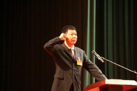 新当选的丽水市市长朱晨向宪法宣誓。