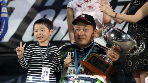 图为万力轮胎助斋藤太吾勇夺2016 D1GP漂移大奖赛年度总冠军