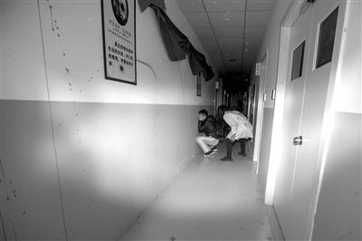 """相机闪光灯打亮的瞬间,记者蒋大伟已经被两个突然出现的""""鬼怪""""吓得抱头蹲下。"""