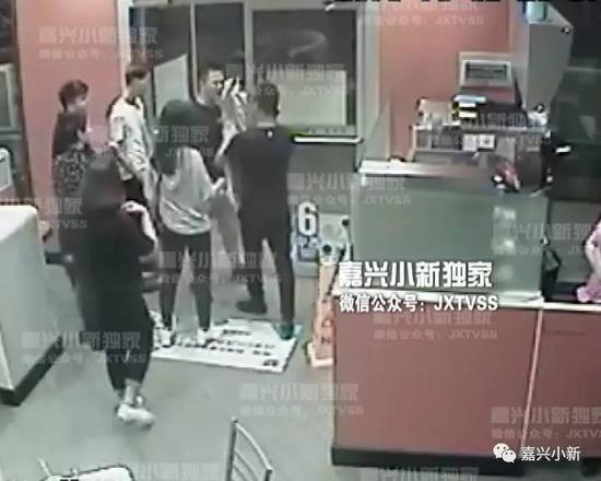 男子偷瞄人家女友 结果自己女友被打断鼻子
