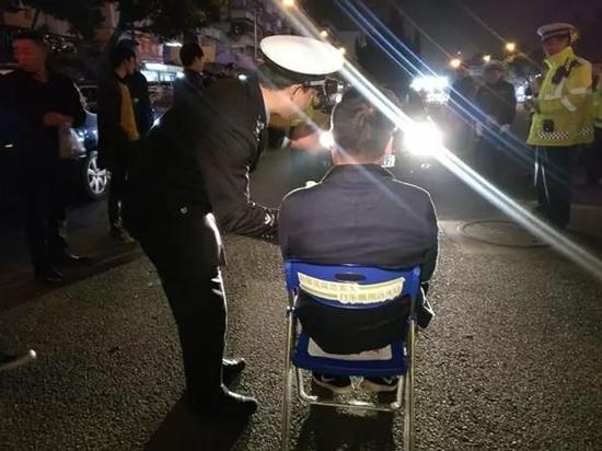 远光灯体验椅亮相 温州950名司机被罚坐赏灯
