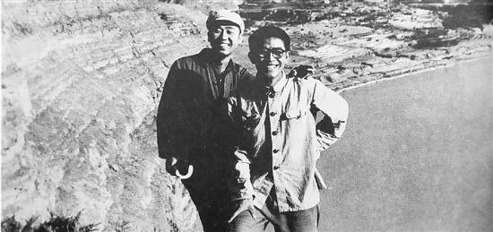 1970年,路遥(左一)与朋友曹谷溪站在黄河岸边。这是路遥生前最喜爱的照片。