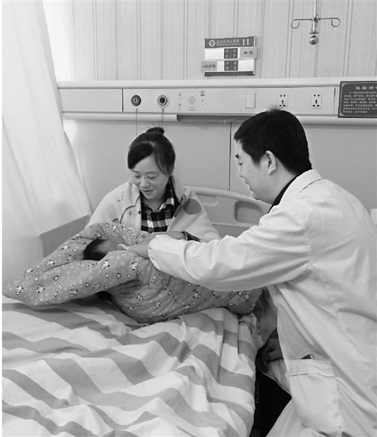 王哲近抽空看望妻女。