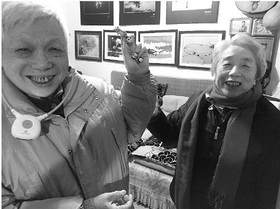 李子平(右)和老伴。