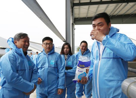 工作人员现场饮用猪尿净化处理后的水