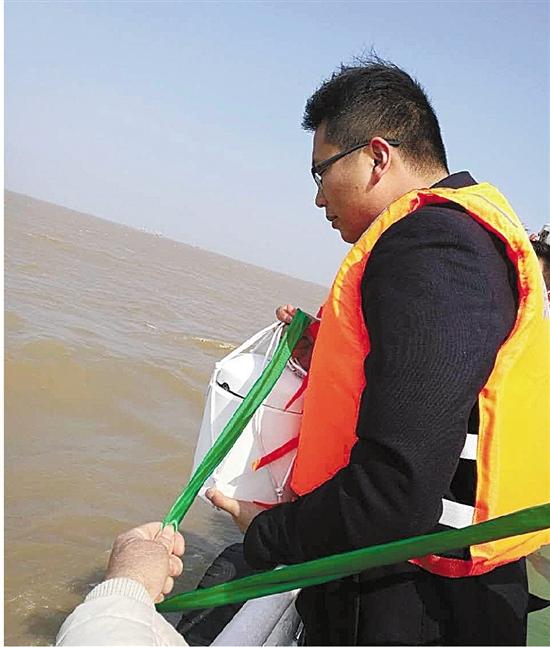 亲人在将骨灰撒向海洋前万般不舍。