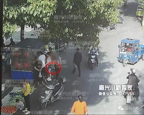 嘉兴美女马路90美女后qq多名上遭偷拍21岁a美女男买菜被图片