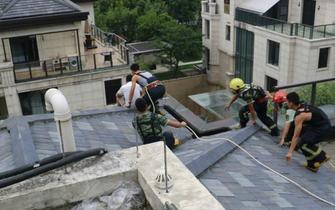 杭州1男子要跳楼称要妻子再打5千万