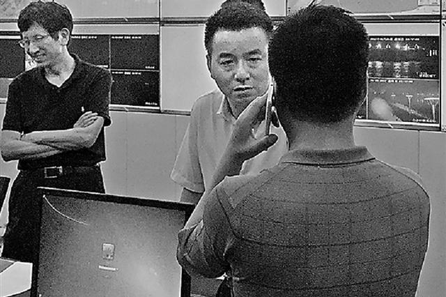 杭州1防汛警察5天没离开指挥部 妻女借送衣服来见面