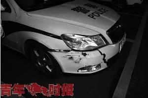 被撞的警车。