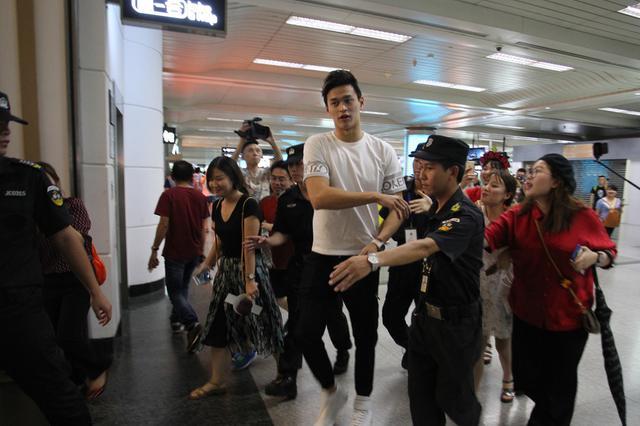 孙杨载誉回杭州 众多粉丝接机欢迎其回家