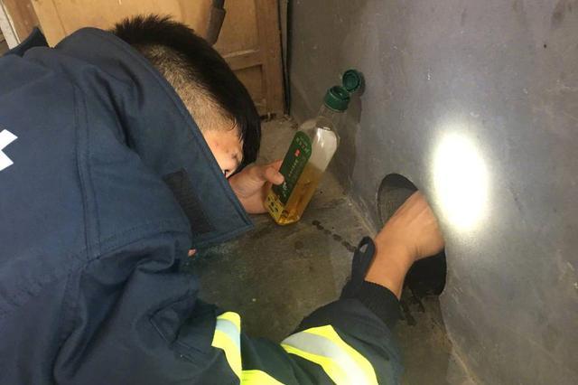 杭州4岁男童头卡排水口 消防边哄孩子边救援