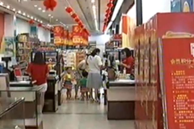 妈妈在旁边购物 一岁的女儿独自走进电梯被夹