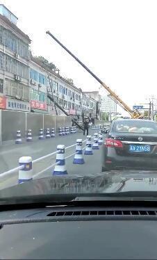 杭州余杭一吊机起吊中突然折断 幸无人伤亡