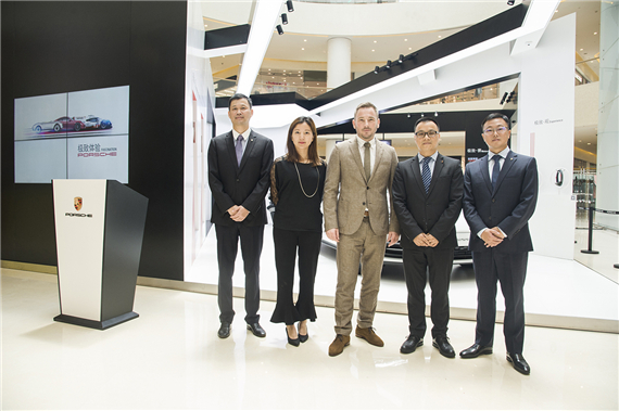 保时捷中国、经销商及投资方代表合影