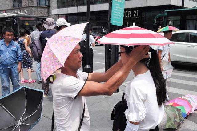 周冬雨窦靖童同款 这种雨伞帽在杭州西湖边火了