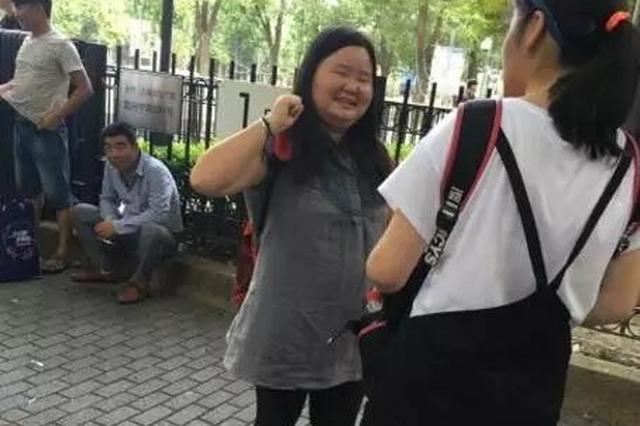 杭州小伙遇到陌生妹子求拥抱 其曾为追星自称得绝症