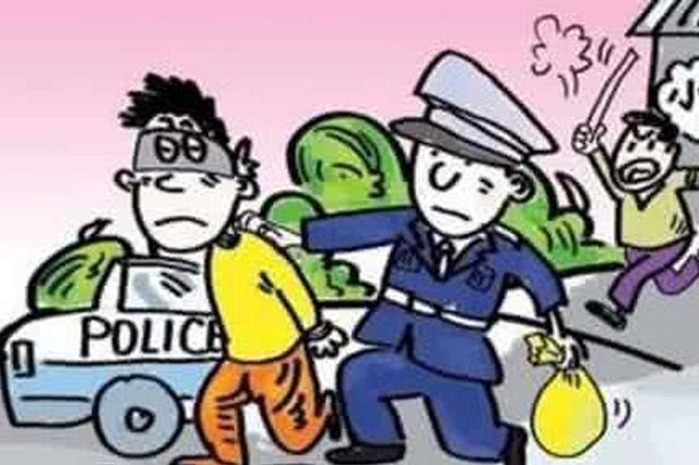温州2男子中巴车上割口袋偷钱被抓 刚出狱不久