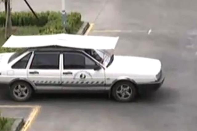 杭州1姑娘刚启动被安全员踩了刹车 涉嫌危险驾驶
