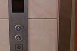 杭州1电梯门被木板挡住 违规操作很危险