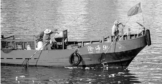 他自己设计垃圾打捞船,虽然生意不好,但50岁的他说还要坚持10年