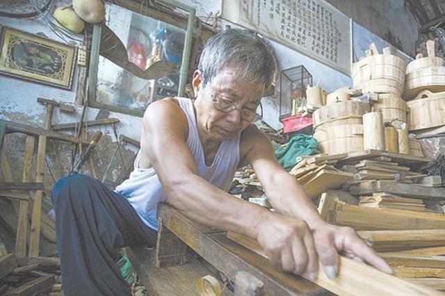 慈溪71岁箍桶老人练瑜伽10年 倒立盘腿不在话下