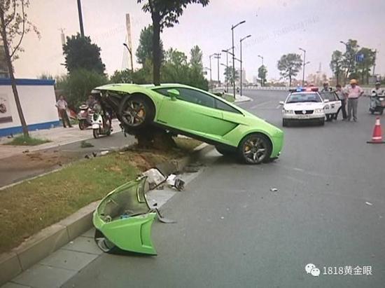 金华1小伙租豪车搭讪冲进绿化带 姑娘发朋友圈嘲笑