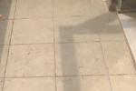 杭州1房屋阳台雨水倒灌进客厅 坤和房产:怨谁