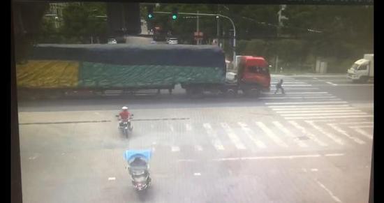 义乌一辆半挂车闯红灯 斑马线上行人被碾压身亡