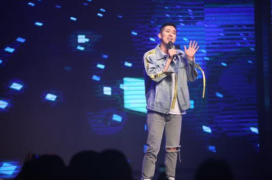"""中国第一人声组合""""蝌蚪合唱团""""的主唱黄海洋,为大赛献上他的个人作品""""街角的拥抱"""" 和""""无关于,我寂寞"""",一度将现场气氛推向高潮。"""