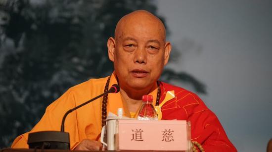 中国佛教协会副会长、浙江省佛教协会名誉会长道慈法师宣读《关于在全国佛教界继续大力深入开展讲经交流活动的倡议书》。