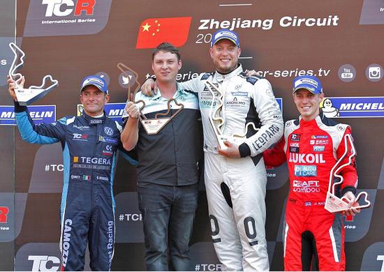 2017TCR国际系列赛中国站第二回合正赛获奖车手合影(从左至右): 亚军车手Gianni Morbidelli,冠军车队代表Leopard Racing车队,冠军车手Rob Huff和季军车手James Nash