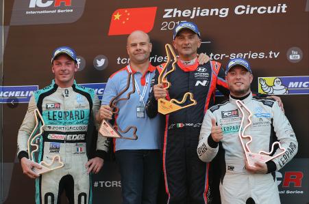 2017TCR国际系列赛中国站第一回合正赛获奖车手合影(从左至右): 亚军车手Jean-Karl Vernay,冠军车队BRC Racing车队代表,冠军车手Gabriele Tarquini和季军车手Rob Huff